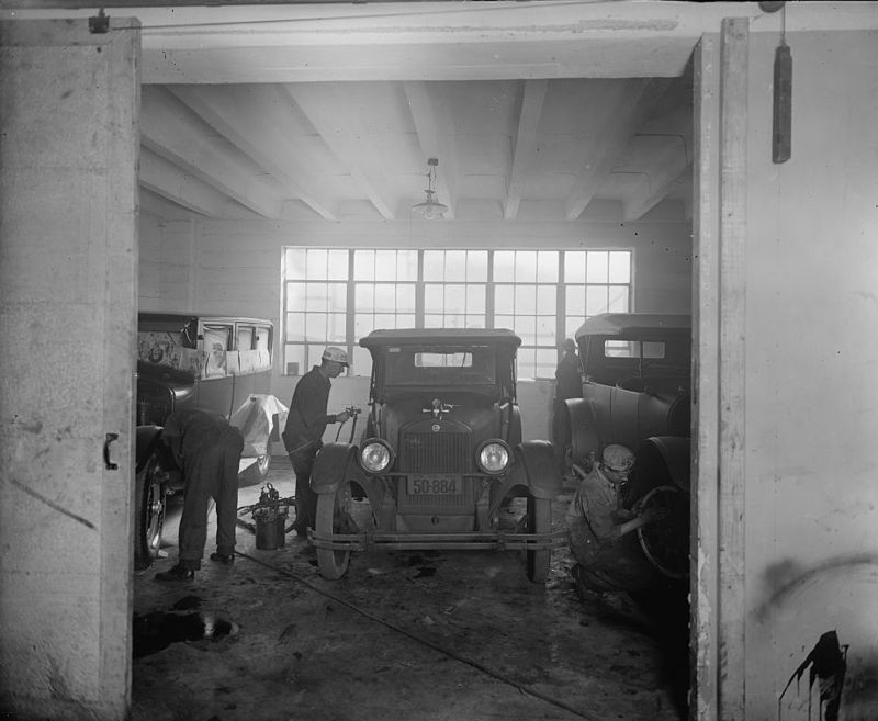 Joseph McReynolds service station between 1918 and 1928