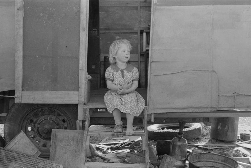 Migrant child sitting in doorway of trailer, Edinburg, Texas lee