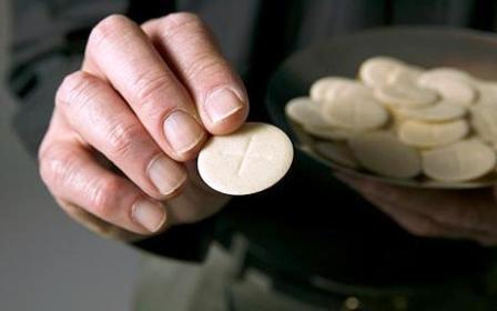 Communion_wafer_hand