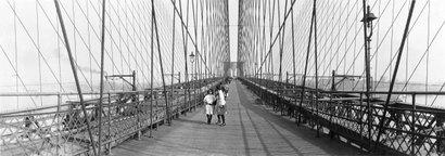 Pedestrians_on_brooklyn_bridge_1910