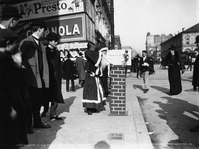 Sidewalk_santa_ny_1903